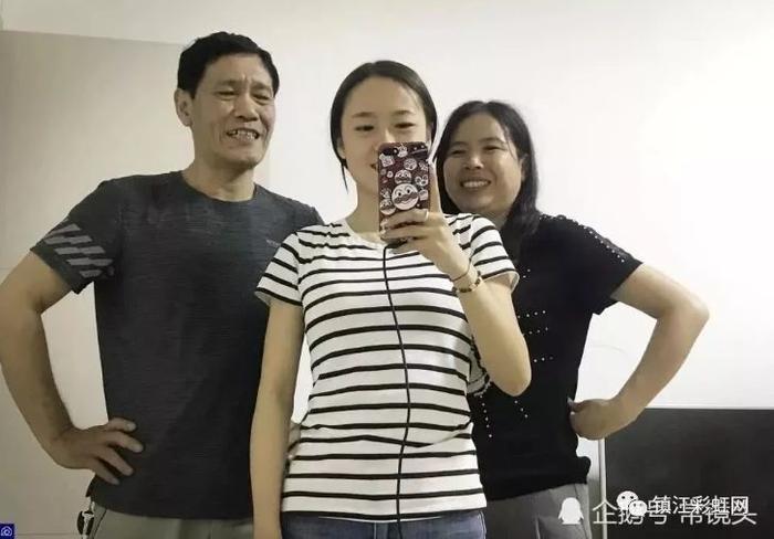 Thôi Ngọc bên cạnh bố và mẹ của mình.