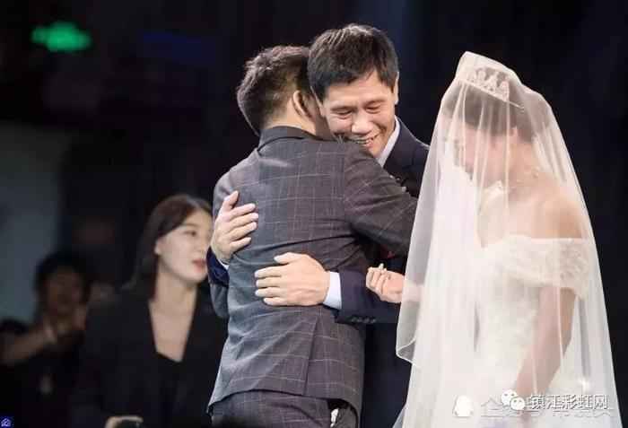 Chú rể ôm chầm lấy bố vợ sau khi màn biểu diễn kết thúc.