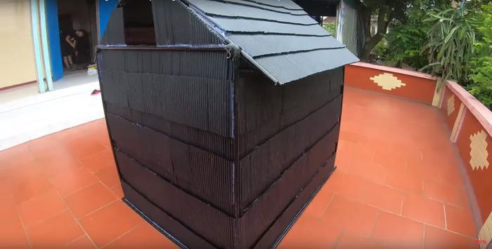 Ngôi nhà từ 5.000 ống hút nhựa sau khi hoàn thành. Ảnh cắt từ clip