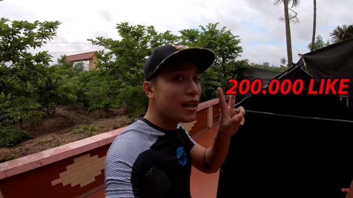 Vlogger NTN tuyên bố nếu được 200k likes sẽ thực hiện thử thách 24h sống trong ngôi nhà từ 5.000 chiếc ống hút nhựa trên. Ảnh cắt từ clip