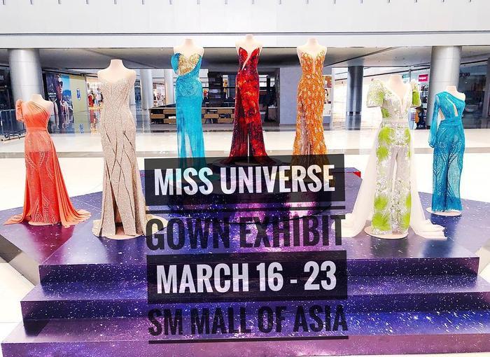 Những chiếc váy từng được Catriona Gray diện trước đó trong kỳ Miss Universe đều được trưng bày kỹ lưỡng. Tất cả các thiết kế này đều của một nhà tạo mốt.