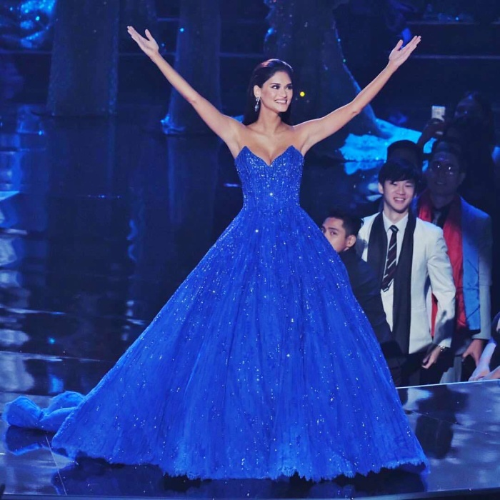 Tuy nhiên về kiểu dáng lại giống với chiếc váy củaPia Wurtzbach diện trong đêm trao lại vương miện ở kỳ Miss Universe 2016.