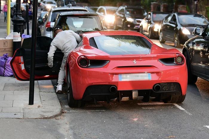 Ferrari:Là một biểu tượng của tốc độ, sang trọng và giàu có, thương hiệu siêu xe Ferrari luôn được các ngôi sao sân cỏ yêu thích. Từ thủ mônEderson Moraes của Manchester City, cho đến tiền đạo người PhápAlexandre Lacazette của Arsenal, hayJohn Terry đều chọn Ferrari 488 là người bạn đồng hành của mình. Trong bộ sưu tập xe của John Terry còn phải kể đến là FerrariEnzo và Ferrari 275 GTB năm1966.