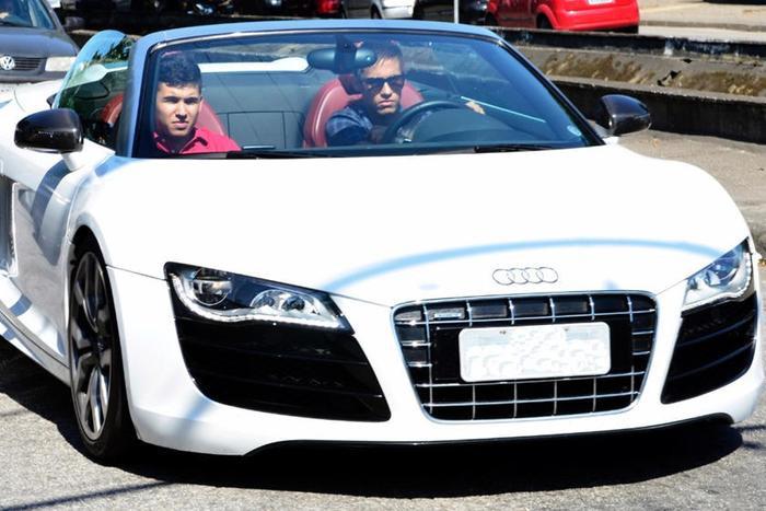 Audi R8: Dòng xe truyền thống của nước Đức được khá nhiều cầu thủ đang thi đấu ở Anh yêu thích, trong đó nổi bật hơn cả là Audi R8.TheoWalcott của Arsenal và Steven Ireland của Aston Villa đang cầm lái dòng xe này. Ngoài ra, siêu sao Neymar cũng đặc biệt yêu thích Audi R8.