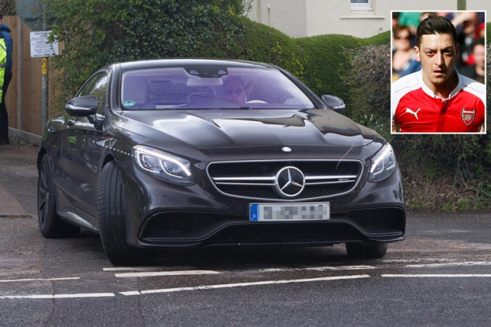 Mercedes-AMG S63: Hai trong số những cầu thủ cánh phải hay nhất giải ngoại hạng Anh, Hector Bellarin của Arsenal và Trent Alexander-Arnold của Manchester City, đang cầm lái Mercedes-AMG S63. Cầu thủ bóng đá người Đức gốc Thổ Nhĩ Kỳ thi đấu ở vị trí tiền vệ tấn công của Arsenal -Mesut Özil cũng đang sở hữu xe sang này.