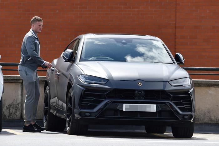 """Lamborghini Urus: Với thiết kế ngoại thất hầm hố và thông số vận hành ấn tượng, Lamborghini Urus đã nhanh chóng """"lọt vào mắt xanh"""" của không ítsao Ngoại hạng Anh, bao gồm Jordan Pickford của Everton và tền đạo người Anh Jamie Vardy."""