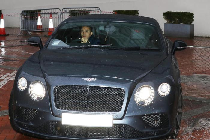 Bentley GT: Bentley cũng là thương hiệu ưa chuộng của các cầu thủ, trong đó có Alexis Sanchez củaManchester United.Cầu thủ bóng đá người Chile này hiên đang sở hữu siêu xeBentley GT.
