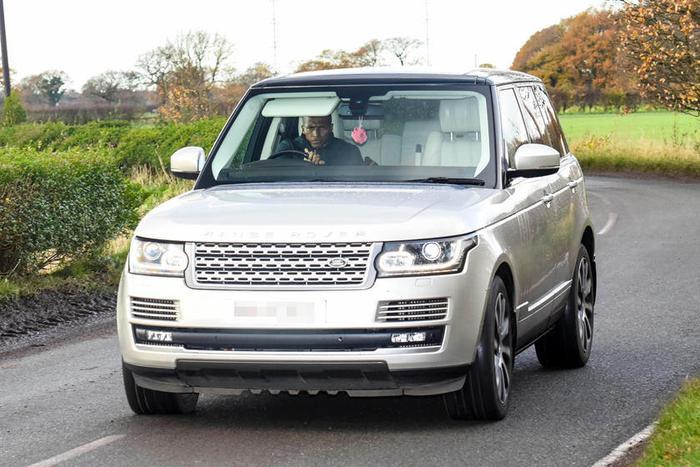 Range Rover: Dòng SUVRange Rover được nhiều cầu thủ ở Anh lái đến sân tập.Nhiều cầu thủ của Manchester United trước đây như Wayner Rooney, Antonio Valenci, Jesse Lingard, Luke Shaw và Phil Jones,… đều rất chuộng Range Rover. Gần đây nhất, Eric Dier của Tottenham Hotspur cũng đã lái mẫu xe này trên tạp chí Vogue. Tiền vệ Kevin De Bruyne của Manchester City gần đây cũng đã tậu một chiếc Range Rover đời cổ.