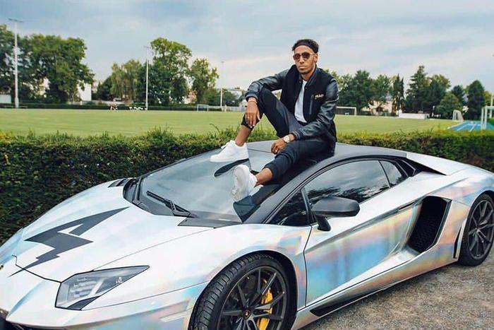 Lamborghi Aventador: Lamborghi là thương hiệu được ưa chuộng của giới nhà giàu, do đó không khó hiểu khi dòng Aventador của thương hiệu Ý được lòng cách danh thủ nổi tiếng. Lamborghi Aventadorsở hữu một khối động cơ cực khủng với công suất lên tới 700 mã lực. Mẫu xe này có giá khoảng 500.000 USD là lựa chọn của cầu thủ Pierre-Emerick Aubameyang và Samir Nasri thuộc CLB Arsenal. Trước đó,Sergio Aguero vàMohamed Salah cũng đã chi tiền để mua siêu xe này.