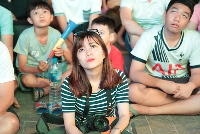 Các CĐV nữ thì bộc lộ cảm xúc dễ chịu hơn. Rất nhiều cô gái quan tâm tới bóng đá chỉ vì các cầu thủ U23 đẹp trai như Văn Lâm, Quang Hải..