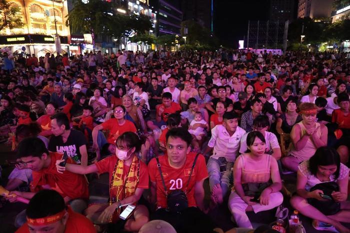 Phố đi bộ tối nay vẫn đông nghẹt người như tối qua. Ai nấy đều vừa vui, vừa hào hứng, vừa lo lắng… khi đội nhà bước vào trận chung kết.