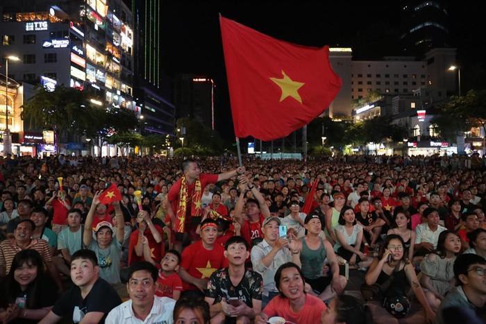 Màu đỏ bao phủ cả phố đi bộ. Dù trận đấu chưa bắt đầu, nhưng các CĐV đã ngồi rất nghiêm túc, đưa mắt theo dõi màn hình lớn.