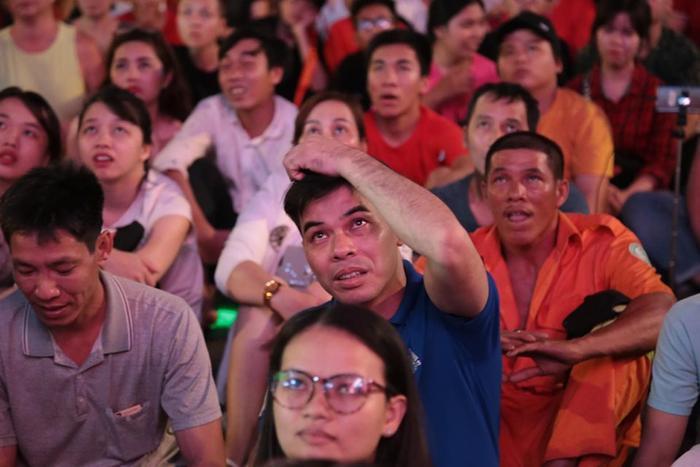 """Trong trận chung kết King's Cup 2019 đội tuyển Việt Nam đọ sức với đối thủ được đánh giá mạnh hơn là Curacao. Vì vậy, ngay từ những giây phút đầu tiên của trận đấu, người xem đã """"chớm"""" nhận thấy sự căng thẳng."""