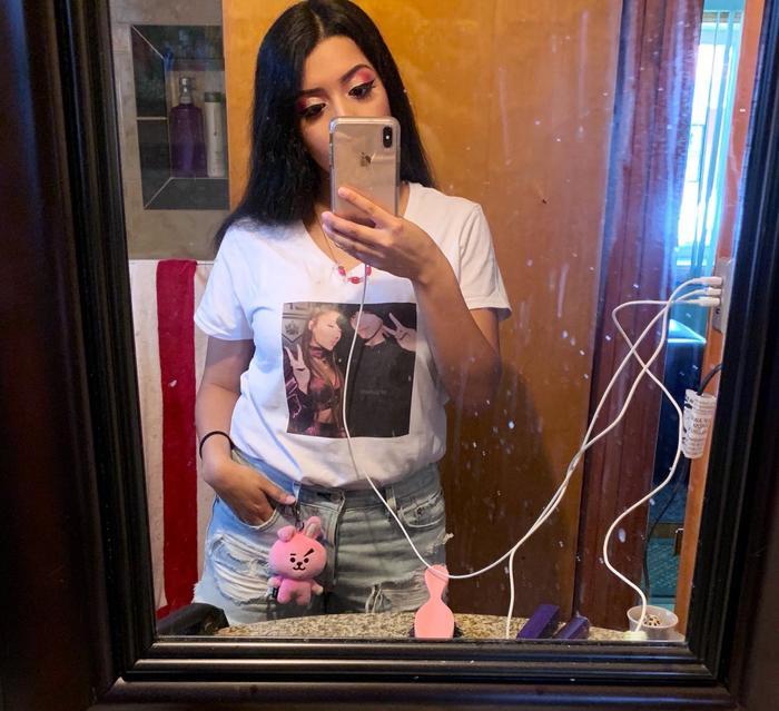 Fan nữ chia sẻ chiếc áo mặc in hình Ariana và Jungkook.