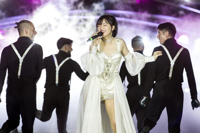 Nữ ca sĩ xuất hiện trong bộ trang phục mạnh mẽ nhưng không kém phần gợi cảm.