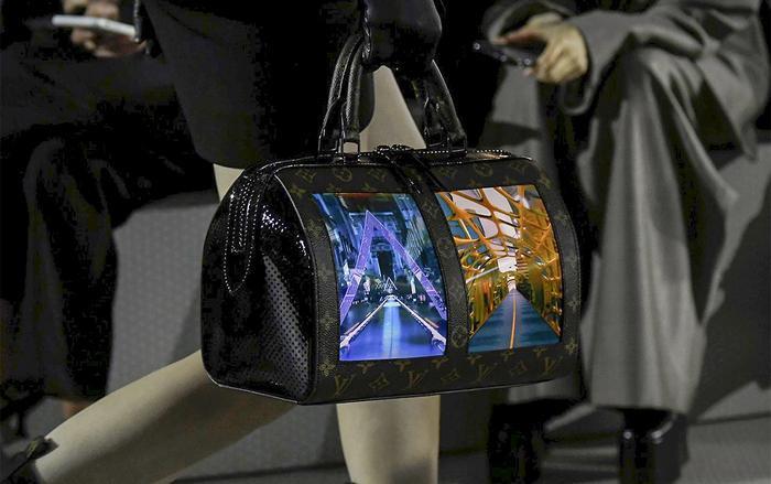 Mỗi màn hình trên chiếc túi có thể hiển thị liên tục 4 tiếng, cũng như hỗ trợ kết nối Wi-Fi hoặc Bluetooth