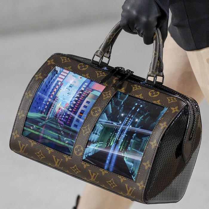 Những chiếc túi của LV tích hợp màn hình OLED, độ phân giải 1940 x 1440 và được sản xuất bởi Royole