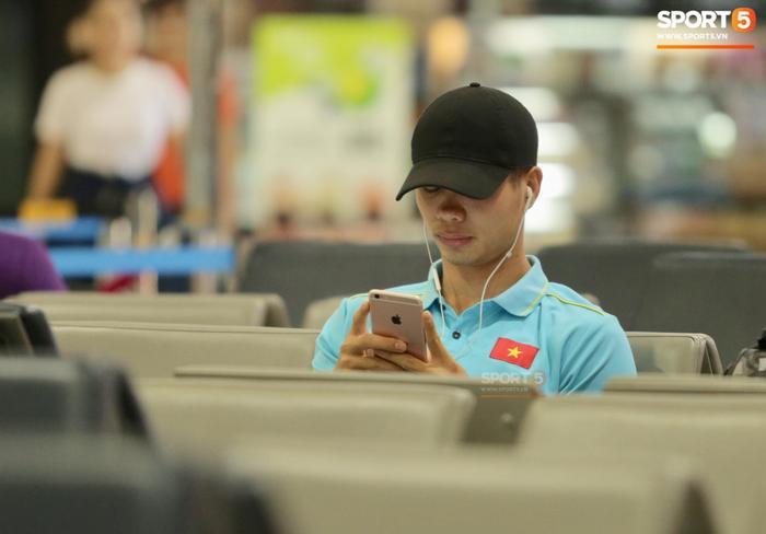 Công Phượng mặt buồn thiu tại sân bay sau King's Cup. Anh là người đá hỏng quả penalty khiến đội tuyển Việt Nam thua đáng tiếc trước đội tuyển Curacao. (Ảnh: Sport5)