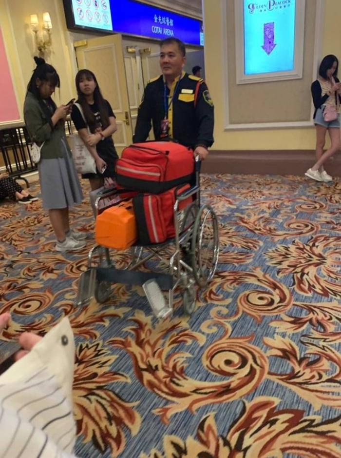Xe đẩy y tế được đưa vào hậu trường sau khi concert kết thúc.