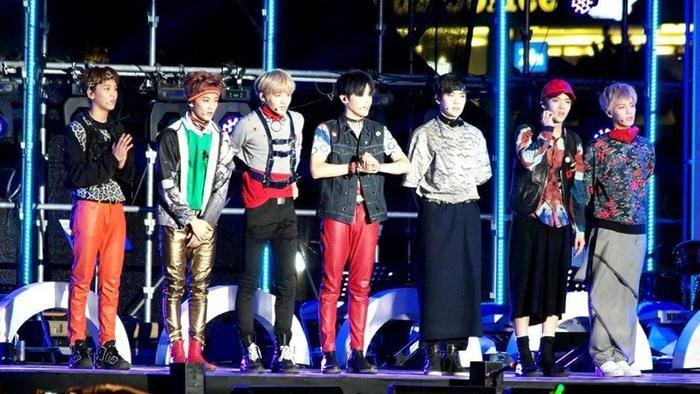 Ba thành viên ngoài cùng bên phải, stylist đang cho họ mặc cái gì lên sân khấu thế kia?