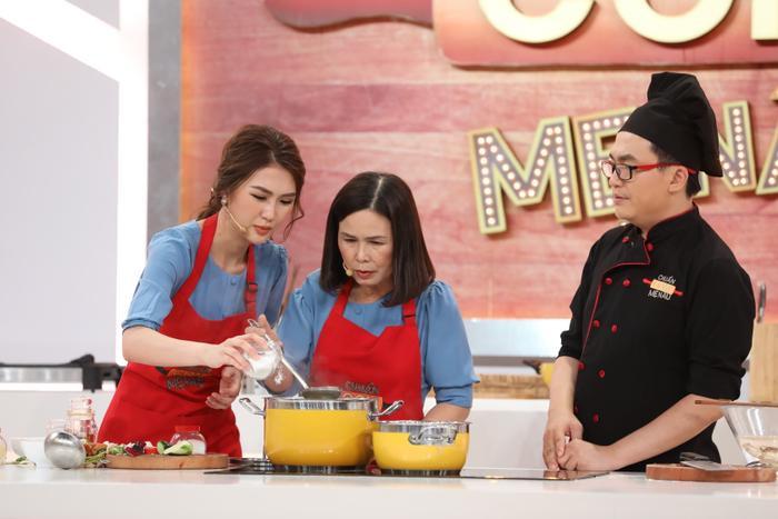 Tường Linh và mẹ xuất hiện trong một chương trình nấu ăn.