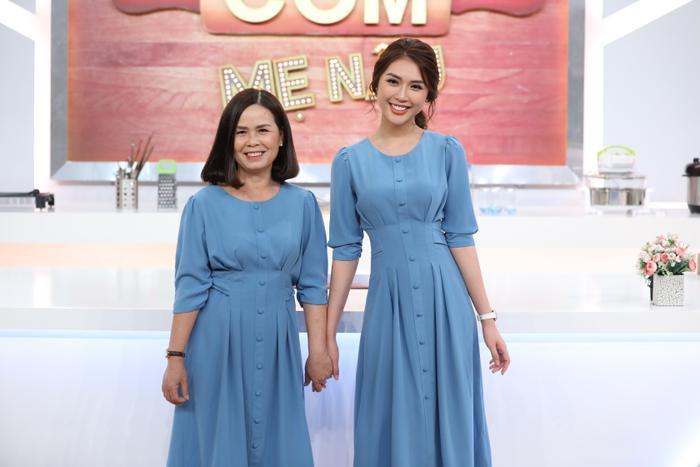 Tường Linh và mẹ diện đồ màu xanh giống nhau, độ trẻ trung của mẹ hoa hậu làm người nhìn cứ tưởng hai chị em.