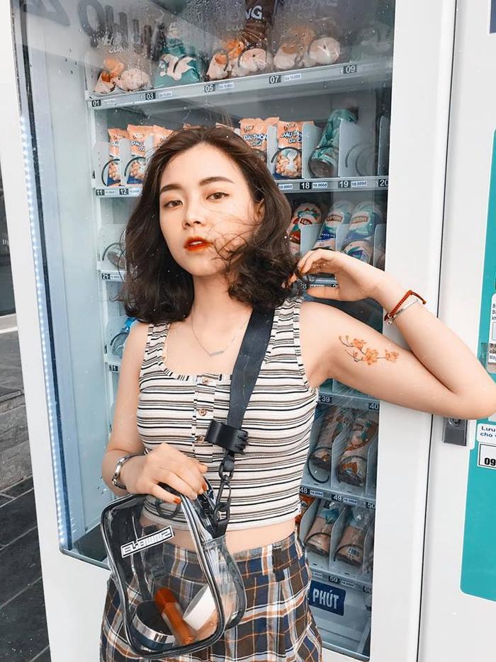 Phan Khánh Ngọc (sinh năm 1999) sở hữu gương mặt V-line, đôi mắt to, sống mũi cao. Cô là mẫu ảnh quen mặt của nhiều shop thời trang ở Hà thành. Hiện trang cá nhân của cô có hơn 95.000 lượt theo dõi.