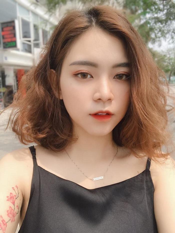 Vẻ đẹp của Khánh Ngọc được đánh giá là không giống hot girl Hàn Quốc, cũng không phải đẹp quá sắc sảo mà đẹp một cách rất Việt Nam. Đặc biệt, nhờ gương mặt xinh đẹp và nụ cười trong sáng, đáng yêu nên dù diện trang phục đơn giản thì Khánh Ngọc vẫn thu hút người nhìn.