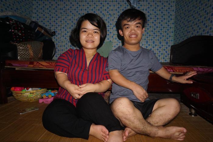 Tuy cuộc sống còn nhiều thiếu thốn nhưng cả hai vợ chồng đều rất vui vẻ.
