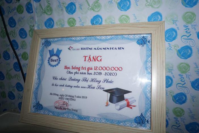 Bé cũng giành được học bổng của nhà trường.