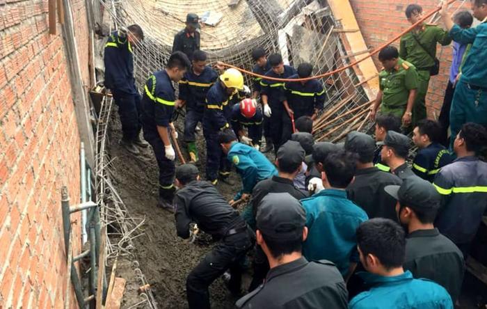 Lực lượng chức năng tìm kiếm thi thể ông Bằng. Ảnh: VietNamNet