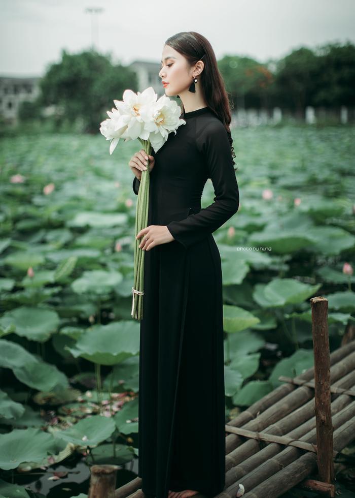 Không áo dài trắng mỏng tang, yếm rơi hờ hững - bộ ảnh phá cách với áo dài đen và bông sen trắng này lại được khen hết lời
