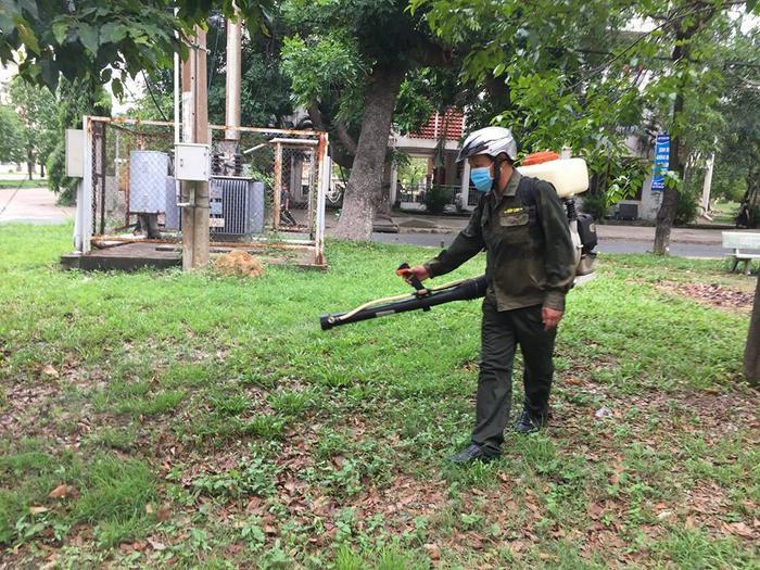 Các bụi cỏ ở khuôn viên KTX cũng đã được phun thuốc kịp thời. Ảnh: Thanh Tùy Nguyễn.