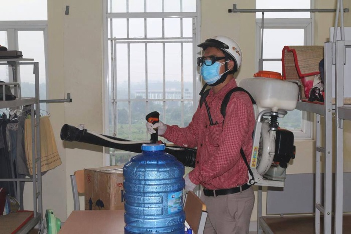 Các phòng ở tại KTX được phun thuốc diệt kiến ba khoang. Ảnh: Thanh Tùy Nguyễn.