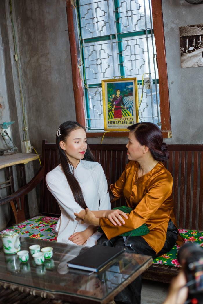 Tình mẫu tử thiêng liêng được Thảo Nguyên đưa vào MV rất giản dị và mộc mạc.