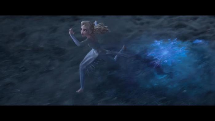 Elsa nỗ lực chinh phục ngọn sóng cao lớn.