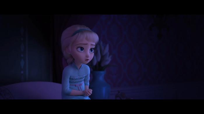 Hình ảnh Elsa khi bé gợi ý phim sẽ có một số cảnh quay về quá khứ.