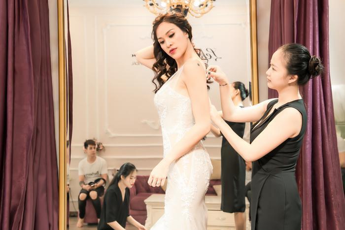 Phương Mai đi thử váy cưới trước ngày quan trọng.