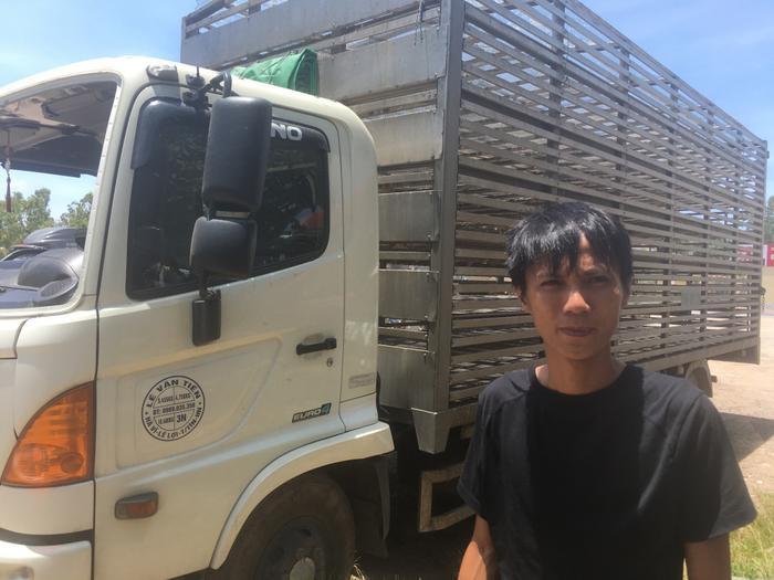 Anh Tạ Hồng Dương - lái xe vụxe chở vịt lật giữa đường. (Ảnh: VTC News).