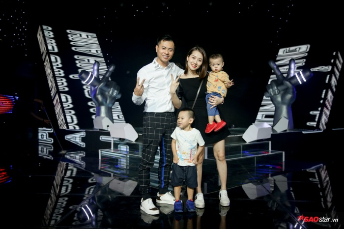 Khoảnh khắc hạnh phúc của gia đình nhỏ trong hậu trường The Voice Kids 2019.
