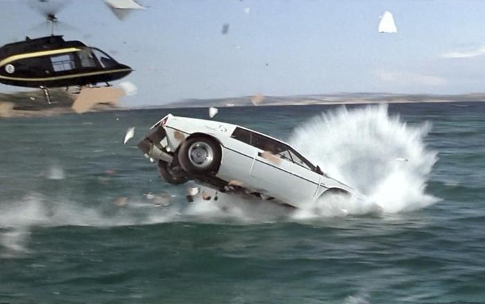 """Chiếc xe có thể lặn như tàu ngầm - Lotus Esprit xuất hiện trong tập phim """"The Spy Who Loved Me"""" (1977) thuộc series phim 007"""