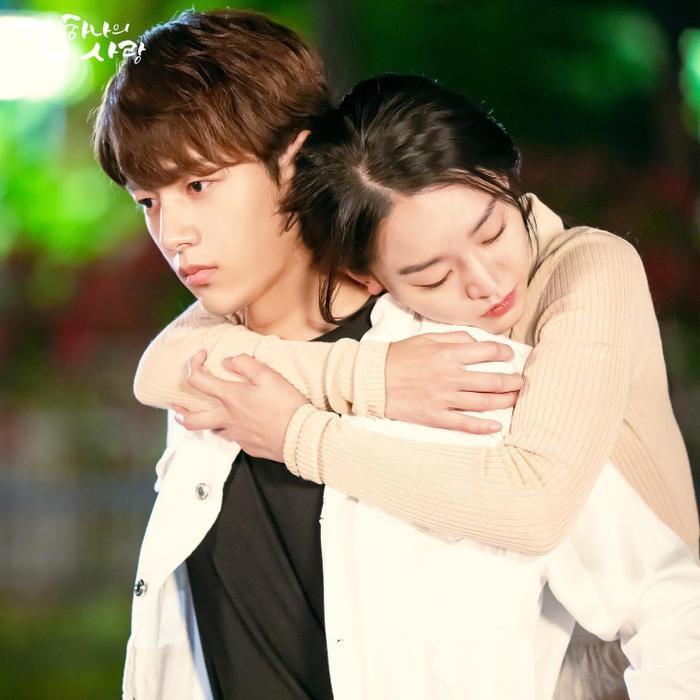 L và Shin Hye Sun.