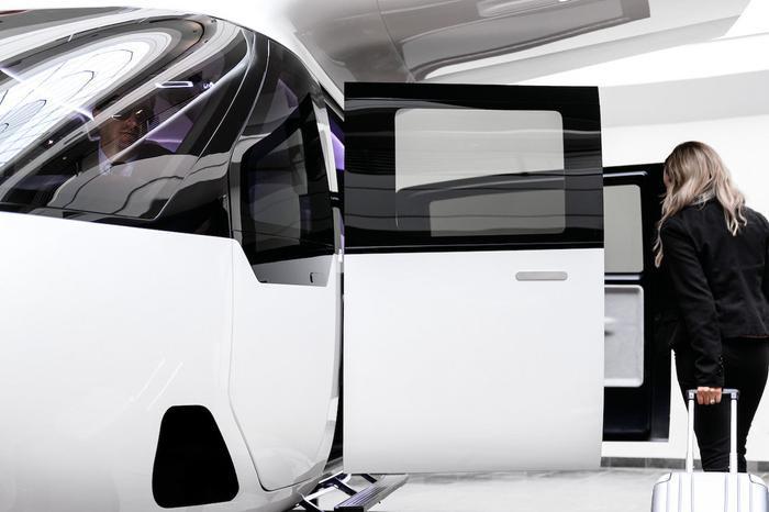 """""""Mặc dù cabin có phần hơi tối giản, nhưng nguyên nhân hoàn toàn là do nó được thiết kế để có thể di chuyển an toàn"""", nhóm thiết kế cho biết an toàn là thứ mà họ đặt lên hàng đầu."""