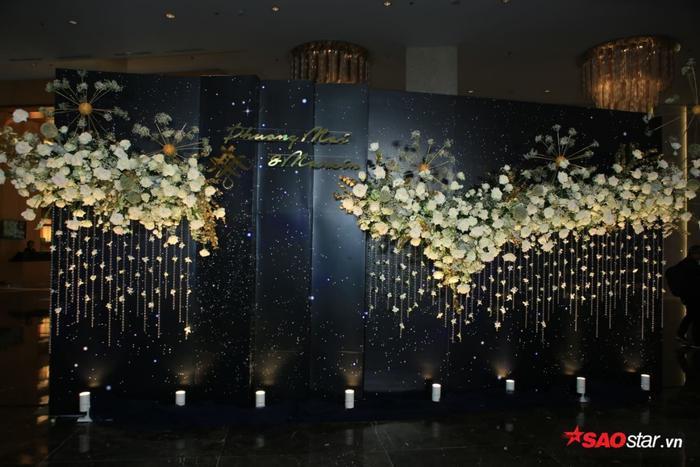 Backdrop được trang trí với hoa tươi trang nhã.
