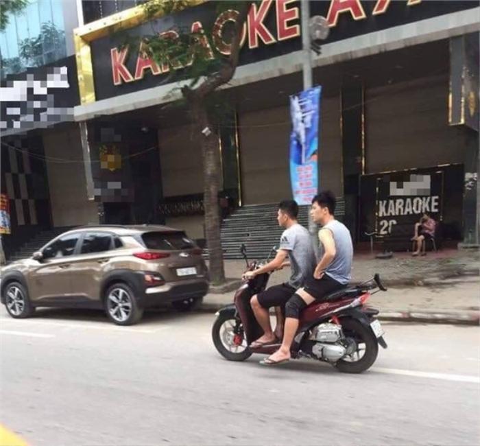 Hai ngôi sao tuyển Việt Nam đi xe máy không đội nón bảo hiểm, bị cư dân mạng 'ném đá'