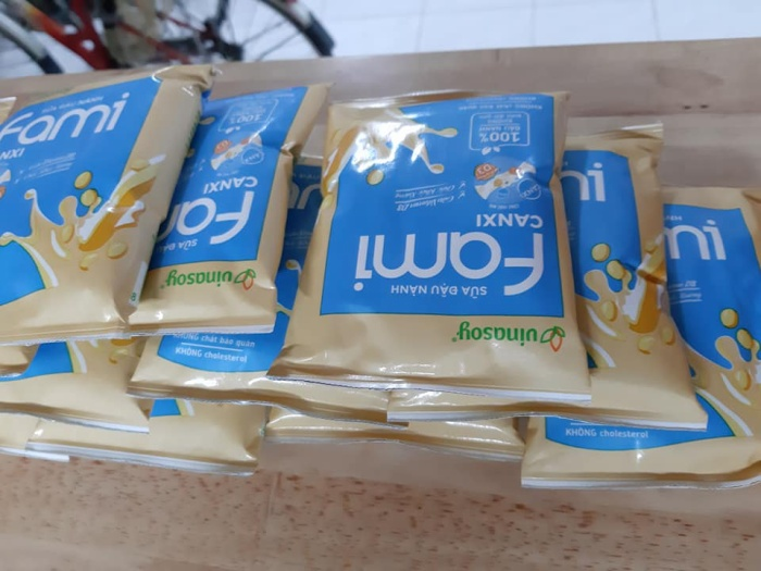 Không chỉ có thực phẩm tươi sống, các sinh viên còn được phục vụ sữa.