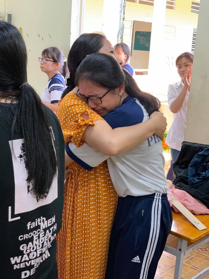 Nữ sinh ôm giáo viên khóc nức nở khiến nhiều người xúc động.