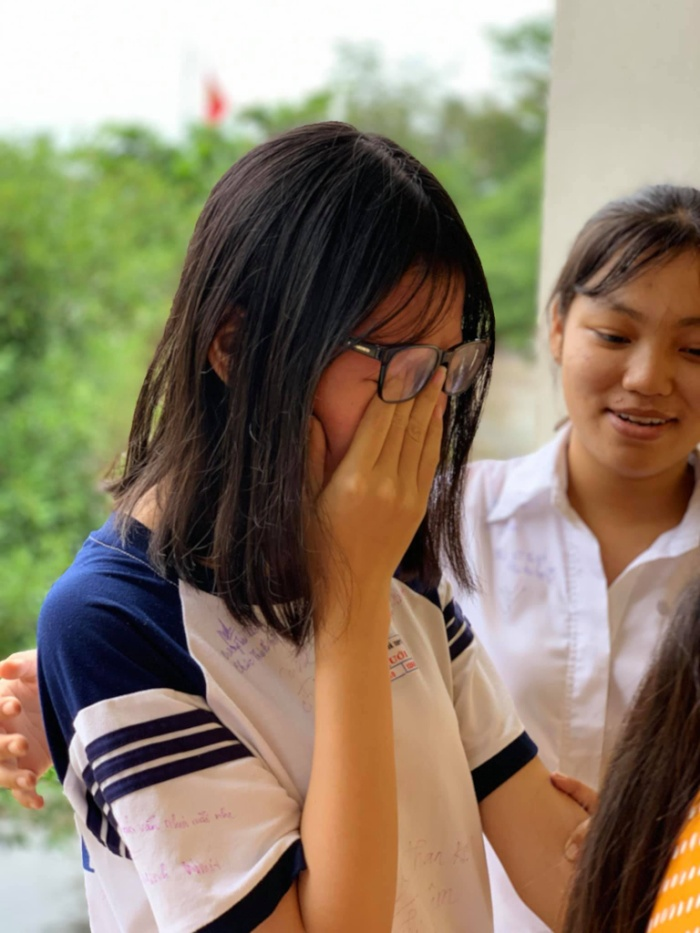 Cô bạn ôm mặt khóc nức nở bởi có thể, sẽ rất lâu nữa, các thành viên trong lớp mới tụ họp đông đủ.