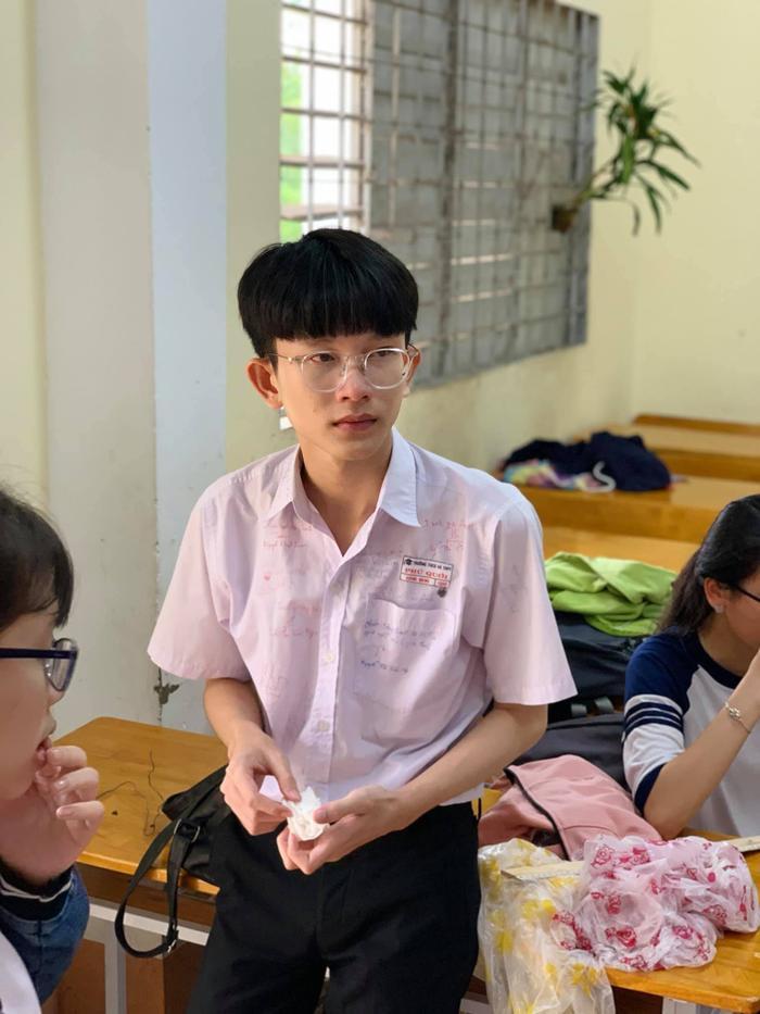 Những dòng chữ ký, những lời chúc trên áo của nam sinh trong ngày cuối cùng tại lớp học thân yêu.
