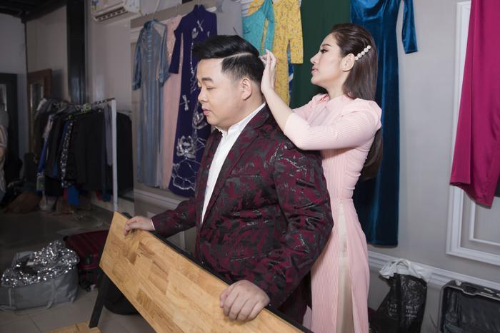 """Trong hậu trường, Quang Lê tỉ mỉ chỉnh tóc cho Tố My và cô cũng lo lắng, chăm chút trang phục cho đàn anh của mình. """"Ngọc nữ bolero"""" tiết lộ chính vì tình cảm trong sáng này mà cô không lo lắng gì việc người yêu… ghen."""